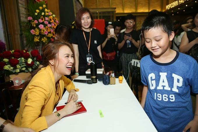 <p> Các fan nhí và cả người lớn tuổi góp mặt trong buổi ký tặng đĩa của giọng ca gốc Đà Nẵng.</p>