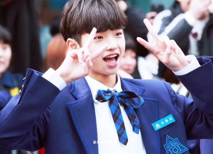 <p> Son Dong Pyo được chọn là Center đầu tiên của chương trình. Anh chàng sinh năm 2002 khiến các thầy hướng dẫn yêu thích vì phong thái tự nhiên, vui vẻ trong phần giới thiệu.</p>