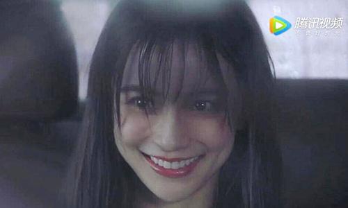 Nữ diễn viên vẫn giữ diễn xuất trừng mắt.