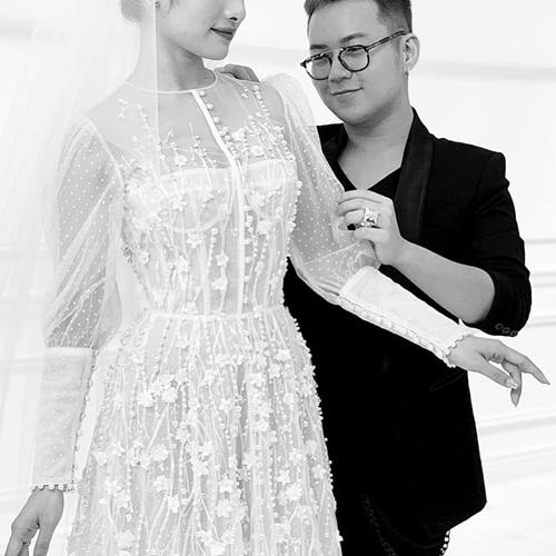 Sara Lưu thử váy cưới.
