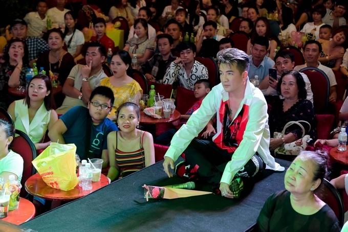 <p> Trong không gian ấm cúng, Đàm Vĩnh Hưng ngồi bên fan chia sẻ tâm sự của nhau. Anh ôn lại những kỷ niệm, thuận lợi, khó khăn khi làm MV tại nước ngoài.</p>