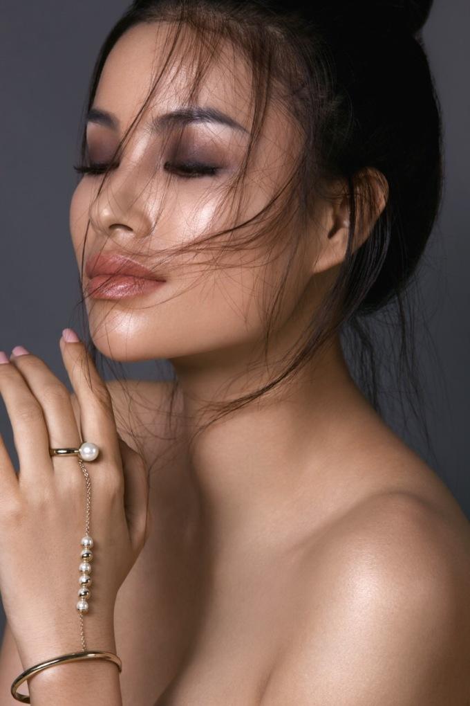 <p> Tại Mỹ, hoa hậu sinh năm 1991 lấy nghệ danh là Bee. Cô đầu quân cho công ty người mẫu Lipps LA, đứng chung hàng ngũ với những tên tuổi như Devon Aoki (diễn viên <em>Fast & Furious</em>), người mẫu Helena Christensen, người mẫu Danielle Knudson.</p>