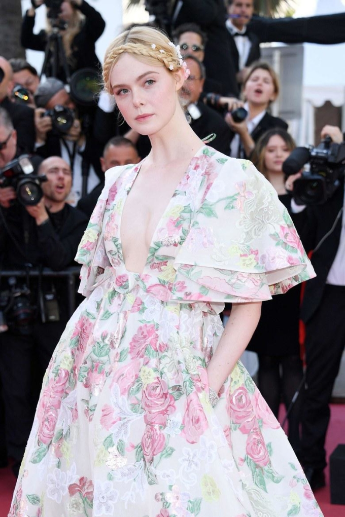 <p> Ngày khai mạc LHP Cannes 2019, Elle Fanning xuất hiện với tư cách là thành viên trẻ tuổi nhất trong ban giám khảo. Cô thu hút sự chú ý với bộ đầm Haute Couture của Valentino.</p>