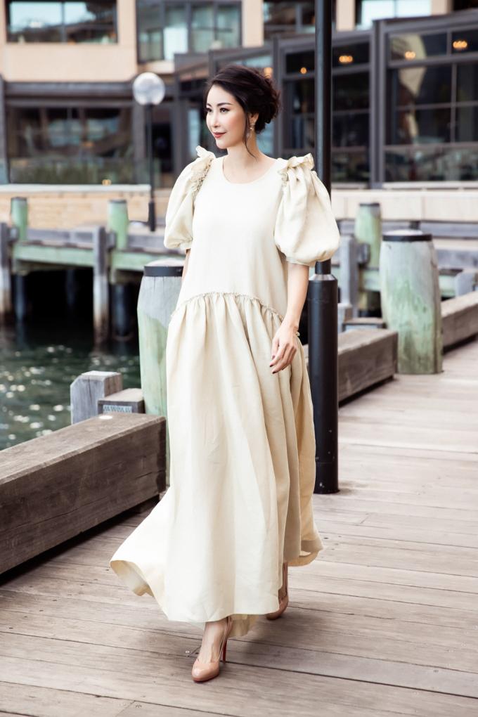 <p> Sau khi tham gia show diễn Xuân Hè 2019 của Đỗ Mạnh Cường, Hà Kiều Anh nán lại Sydney một vài ngày để tham quan cảnh đẹp nơi đây, đồng thời ghi lại thời trang khi xuống phố.</p>