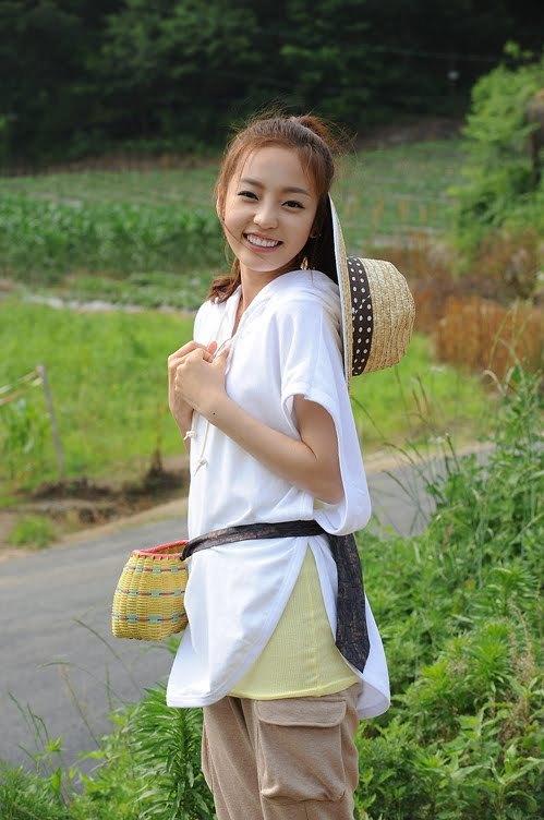 Khi tham gia showInvincible Youth, Goo Hara là một cô gái ngọt ngào và luôn vui vẻ. Hara được các chị chăm sóc và là cặp đôi ăn ý với Hyun Ah trên show. Cô nàng không thể