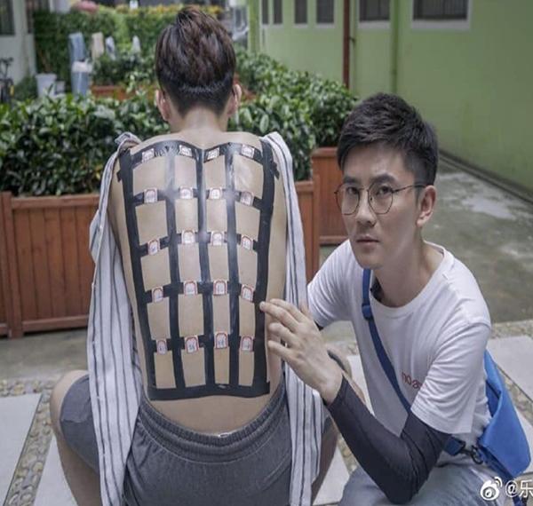 Để thử nghiệm hiệu quả bảo vệ da của 19 loại kem chống nắng phổ biến, một chàng trai Trung Quốc đã quyết định bôi các loại kem chống nắng này lên lưng, chia ô và đánh dấu tên rõ ràng. Sau đó, anh chàng nằm phơi mình trong khoảng thời gian ánh nắng chói chang nhất (từ 13h30 đến 16h45), dưới nhiệt độ 34 độ. Kết quả thu được khiến nhiều tín đồ làm đẹp phải bất ngờ.