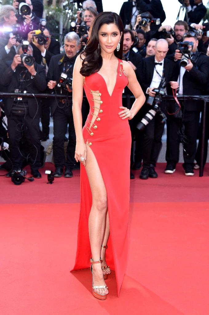<p> LHP Cannes năm nay có sự góp mặt của nhiều mỹ nhân Thái Lan với trang phục cầu kỳ, lộng lẫy. Praya Lundberg là mảnh ghép khác biệt trong đó với trang phục gợi cảm. Ở ngày thứ ba, nàng mẫu diện đầm Versace xẻ cổ sâu, khoét lườn.</p>