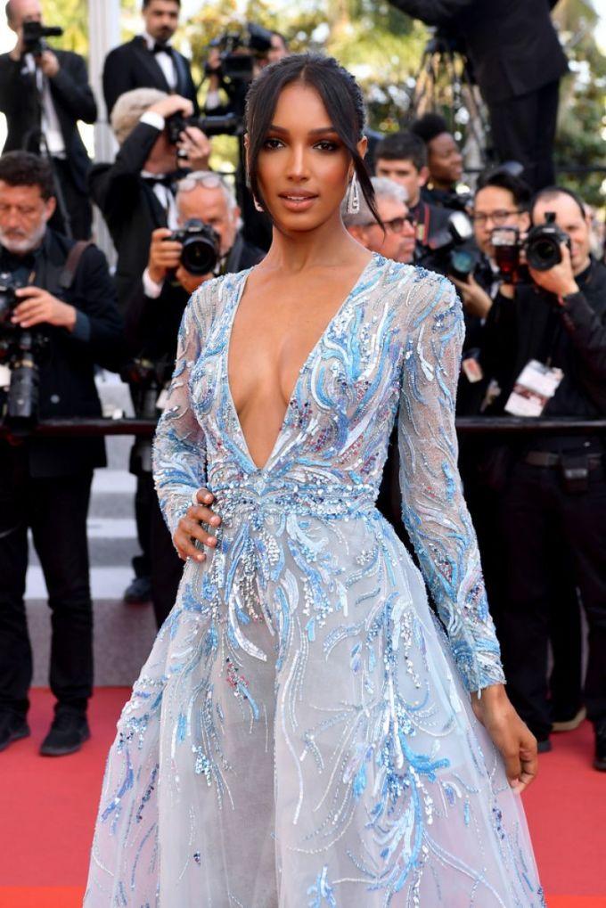 """<p> """"Thiên thần nội y"""" Jasmine Tookes cũng mang đến diện mạo quyến rũ với bộ đầm cổ khoét sâu, tôn lên làn da nâu và vòng một đầy.</p>"""