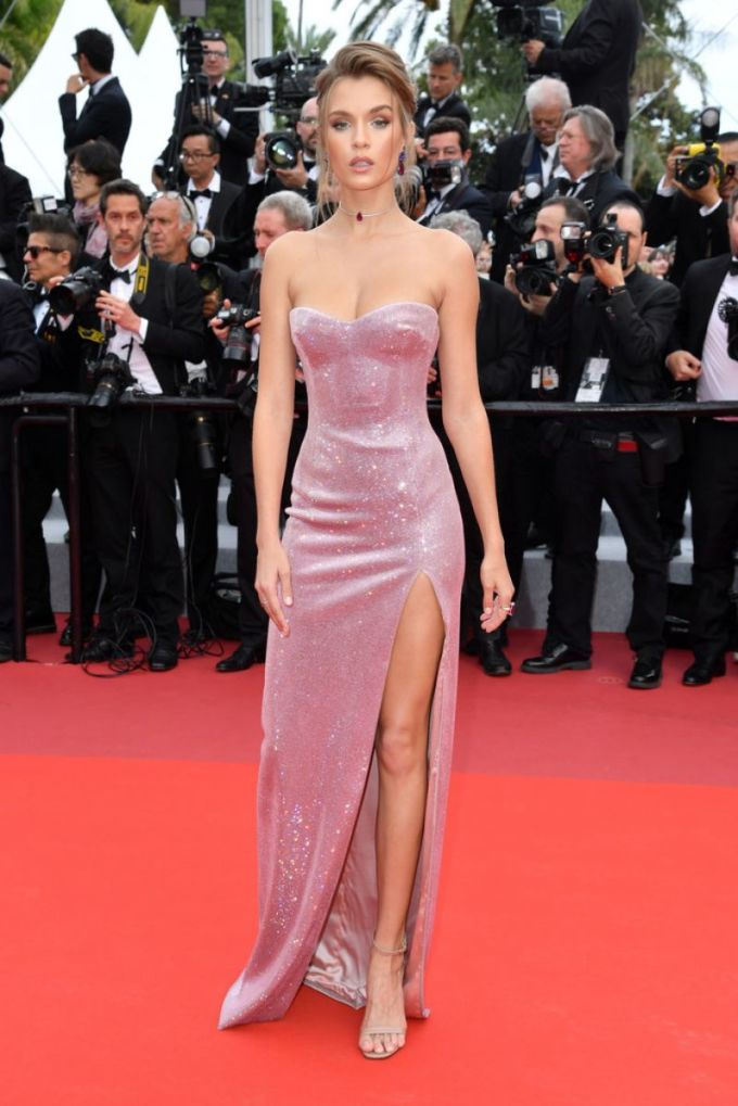 <p> Chân dài Josephine Skriver khoe thân hình như búp bê Barbie với chiếc váy quây ôm chặt vòng một, xẻ đùi cao.</p>
