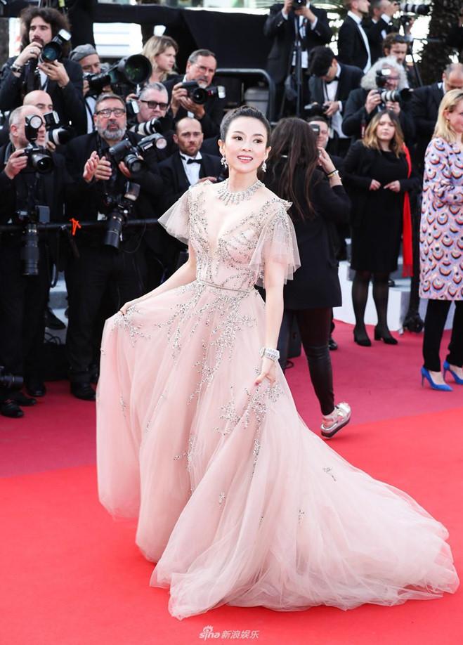 <p> Trong ngày bế mạc LHP Cannes 2019, Chương Tử Di lộng lẫy với bộ đầm hồng pastel, chất liệu xuyên thấu đính kim sa thủ công tỉ mỉ. Trang phục giúp nữ diễn viên 40 tuổi khoe vòng một khéo léo cùng vẻ đẹp trẻ trung, lấn át nhiều mỹ nhân.</p>