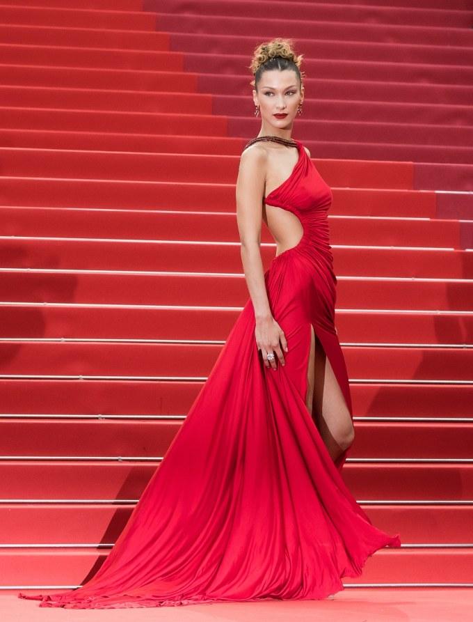 <p> Là gương mặt thường niên ở LHP Cannes những năm gần đây, Bella Hadid luôn được chờ đón trên thảm đỏ. Ở ngày thứ tư của sự kiện năm nay, cô diện bộ váy rực rỡ của Roberto Cavalli. Trang phục có kiểu dáng táo bạo với những khoảng hở mênh mông, giúp chân dài khoe thân hình lý tưởng.</p>