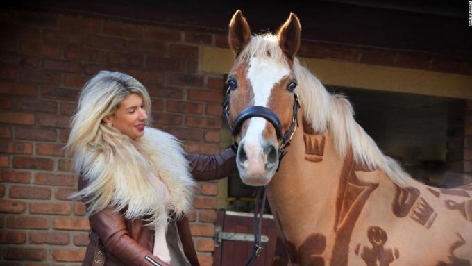 """<p> Bằng cách kết hợp hai đam mê """"nghệ thuật và thiết kế"""", Melody Hames (đến từ Manchester, Anh) tạo ra thiết kế ngoạn mục trong thế giới ngựa. """"Tất cả đều mang ý nghĩa độc đáo. Tôi say mê nghệ thuật và thiết kế nên tôi rất thích điều này"""", cô nói.</p>"""