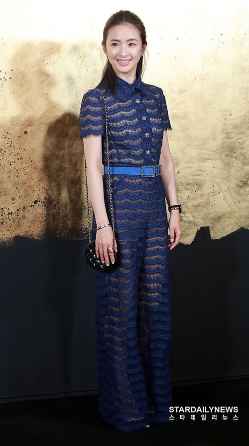 Nữ diễn viên Đài Loan Lâm Y Thần diện đồ xuyên thấu gợi cảm.
