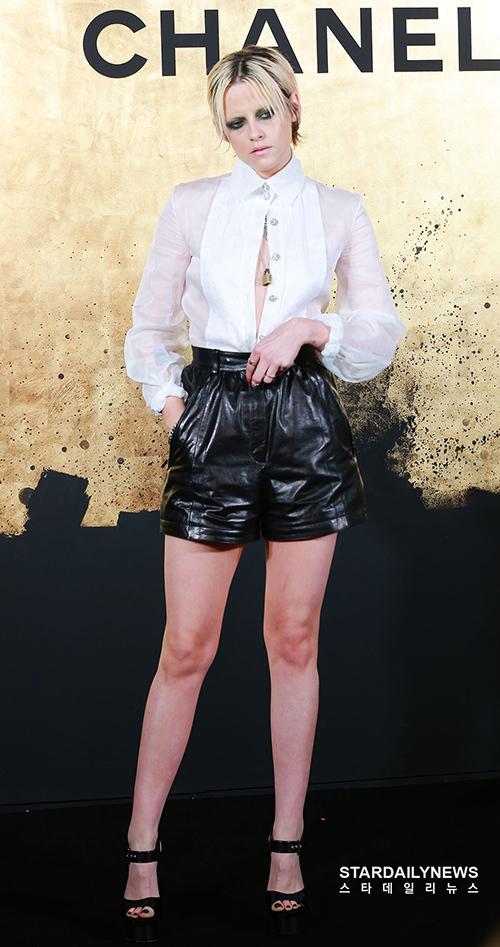 Kristen Stewart là nàng thơ của thương hiệu Chanel trong nhiều năm liền. Nữ diễn viên chọn set đồ đen trắn với đường cắt táo bạo khoe đôi chân dài.