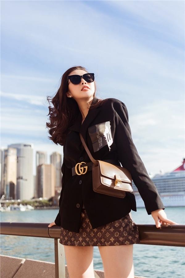 <p> Cô có những shoot hình thời trang sành điệu trước khu vực Nhà hát Con Sò nổi tiếng.</p>