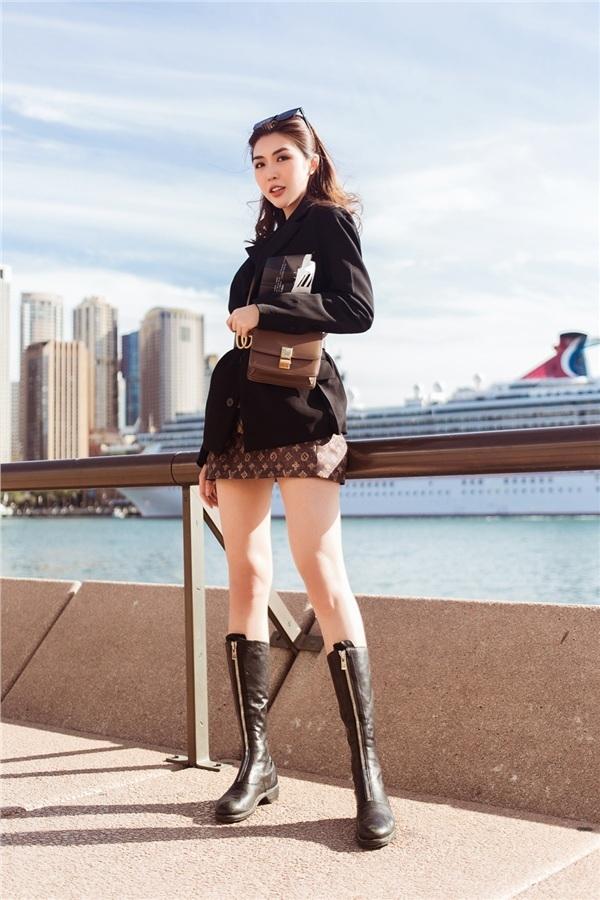 <p> Khí hậu Australia se lạnh nên Tường Linh chọn áo vest mỏng, boots cổ dài.</p>
