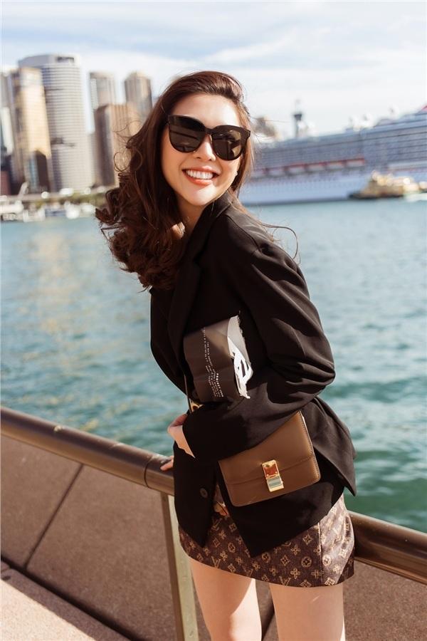 <p> Set đồ với chân váy Louis Vuitton, thắt lưng Gucci, túi hiệu Celine... có giá hàng trăm triệu giúp Tường Linh nổi bật. Chỉ riêng chiếc túi Celine đã có giá 5.000 USD (gần 120 triệu đồng).</p>