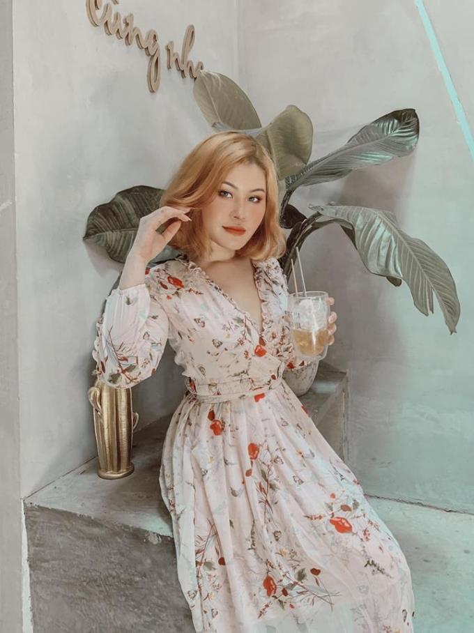 <p> Kim Trần sinh năm 1997, đang du học ngành Thiết kế thời trang ở Mỹ. Được làm quen với nghề từ 13 tuổi, cô gái trẻ rất thành thạo với những nét trang điểm cầu kỳ.</p>