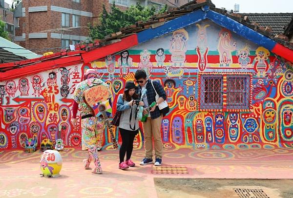 Hình ảnh đầy sắc màu tại ngôi làng Cầu Vồng