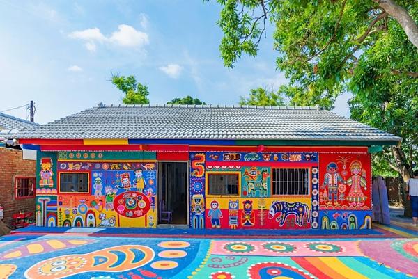 Một tác phẩm ngôi nhà tại làng Cầu Vồng.