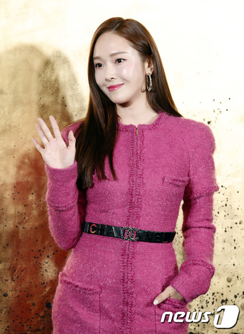 Jessica vừa gây sốt ở Cannes cũng góp mặt trong sự kiện. Nữ ca sĩ mặcáo váy tông hồng nữ tính của Chanel.