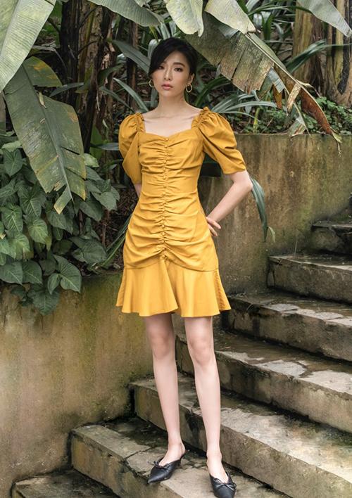 Thiết kế váy vàng bèo nhún được nhiều người gọi là váy Bảo Thanh và xuất hiện nhiều trên mạng xã hội. Mẫu váy cô diện đến từ một thương hiệu thời trang Việt với mức giá khoảng 1,3 triệu đồng. Tuy nhiên có không ít phiên bản ăn theo được bán với mức giá mềm hơn, khoảng 300-400 nghìn đồng.
