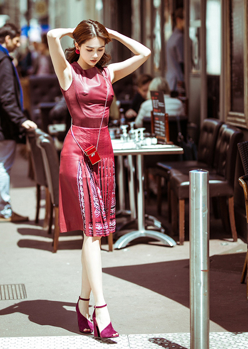 Sau chuyến công tác tham dự LHP Cannes 2019, Ngọc Trinh tranh thủ dạo phố nước Pháp, ghi lại street style với trang phục hàng hiệu. Những hình ảnh xuống phố của cô nàng khiến khán giả choáng váng với khả năng ăn mặc thời trang bất chấp thời tiết.