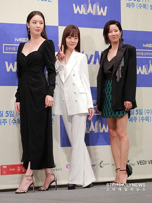 Trong số 3 diễn viên nữ, Lee Da Hee chiếm spotlight hơn hẳn nhờ thân hình quyến rũ, chiều cao vượt trội. Dù chỉ đóng vai nữ phụ, Da Hee còn nổi bật hơn diễn viên đóng chính Im Soo Jung (trang phục trắng).