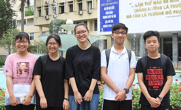 Nhóm năm em học sinh đến từ Phú Thọ tham dự kỳ thi vào 10 chuyên.