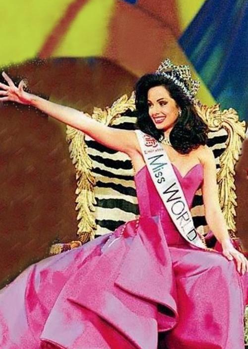 Tại cuộc thi Hoa hậu Thế giới năm 1995 ở Nam Phi, cô đã giành vương miện Hoa hậu Thế giới. Ngoài ra cô còn là Hoa hậu Ảnh của cuộc thi năm đó. Jacqueline là Siêu mẫu Thế giới năm 1995, chiến thắng trong cuộc thi cùng tên diễn ra tại Miami, Florida, Hoa Kỳ năm 1995.