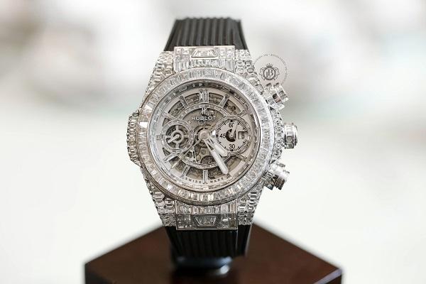 Mẫu đồng hồ máy cơ thiết kế tinh xảo, cầu kỳ.