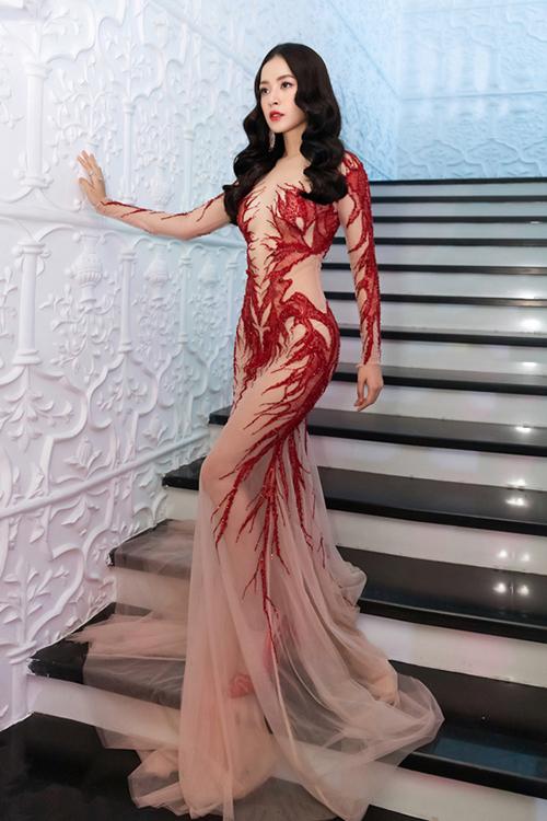 Trong bộ ảnh thời trang mới, Chi Pu diện bộ đầm xuyên thấu táo bạo. Trang phục vải lưới, đính kết san hô đỏ chỉ đủ che chắn những chỗ gợi cảm khiến Chi Pu bị hiểu nhầm là mặc như không mặc.