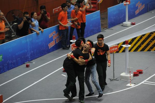 Khoảnh khắc ăn mừng chiến thắng của đội trường Học viện Kỹ thuật quân sự