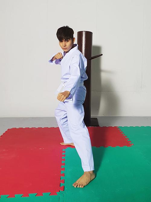 Jun Phạm rất mạnh mẽ khi tập võ.