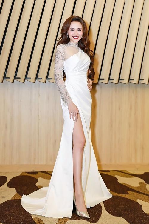 Diễm Hương có mặt tại một sự kiện ở TP HCM ngày 29/5. Cô chọn diện bộ cánh xẻ cao khoe chân thon, mái tóc uốn bồng bềnh tạo nét sang trọng. Thời gian qua, Hoa hậu Thế giới Người Việt 2010 tập trung xây dựng tổ ấm và kinh doanh riêng.
