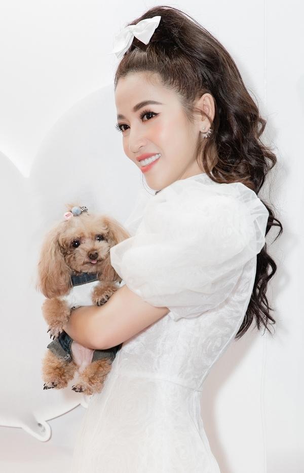 <p> Puka diện bộ váy trắng ngọt ngào của NTK Nguyễn Minh Công. Cô gây chú ý khi bế theo cún cưng đi xem phim cùng.</p>