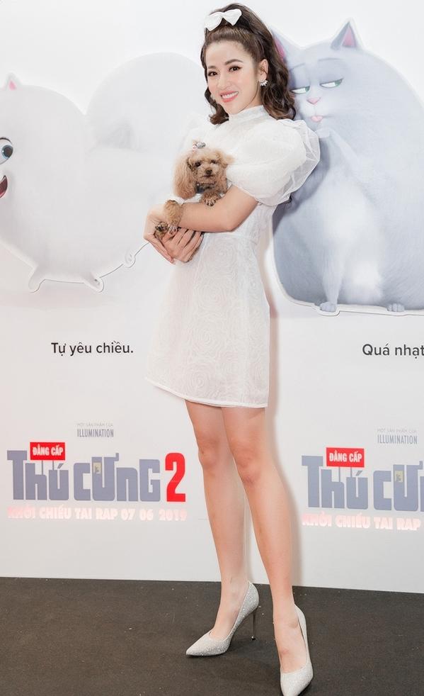 <p> Chú chó của Puka thuộc dòng Poodle, tên Eo Vì. Cún cưng được cô chăm sóc cẩn thận, mặc trang phục xinh yêu.</p>