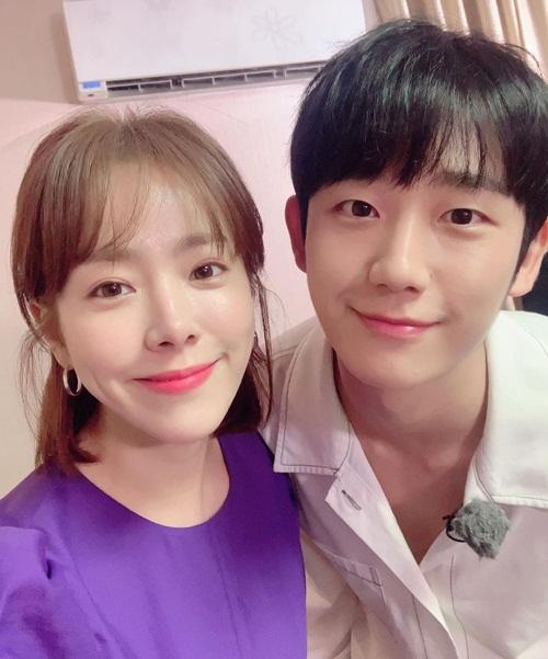 Han Ji Min thân thiết với đàn em kém 5 tuổi Jung Hae In khi đóng chung phim mới One Spring Night.