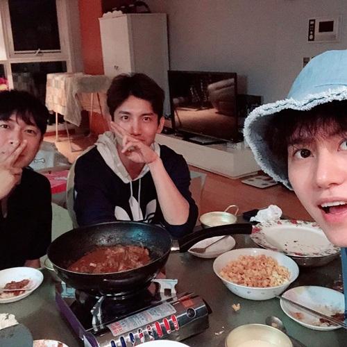 Kyu Hyun (SuJu) hẹn Chang Min (TVXQ) và bạn đến nhà ăn tối.