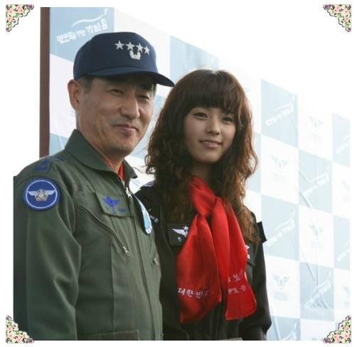 Bố của Han Hyo Joo là một Trung tá trong Không quân Hàn Quốc. Nữ diễn viên lớn lên trong sự giáo dục nghiêm khắc của mẹ - một giáo viên. Hàng động nổi loạn nhất của han Hyo Joo là theo đuổi nghề diễn bất chấp sự phát đối kịch liệt từ gia đình.