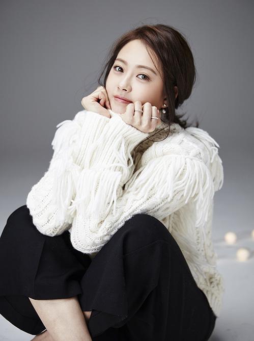 Go Ara là diễn viên từng thuộc sự quản lý của SM. Ban đầu, cô có dự định debut với tư cách idol nhưng lại chuyển hướng sang diễn xuất. Go Ara được ca ngợi bằng nhan sắc đẹp tự nhiên, đôi mắt nâu hiếm có. Tác phẩm thành công nhất của Go Ara là Reoly 1994.