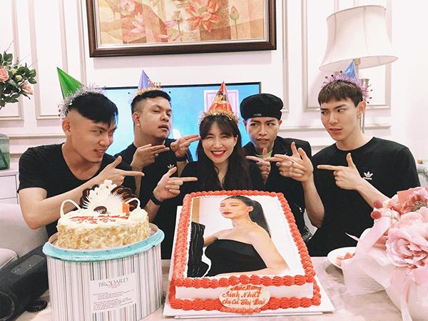 Hòa Minzy đón sinh nhật tuổi 25 bên những người anh em thân thiết.