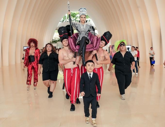 """<p> Ngày 30/5, Thu Minh ra mắt MV """"Diva"""" (sáng tác Mew Amazing). Nữ ca sĩ xuất hiện trong hình tượng một nữ hoàng quyền lực, được dàn trai 6 múi khiêng kiệu. Hộ tống cô còn có những bạn trẻ thuộc cộng đồng LGBT.</p>"""