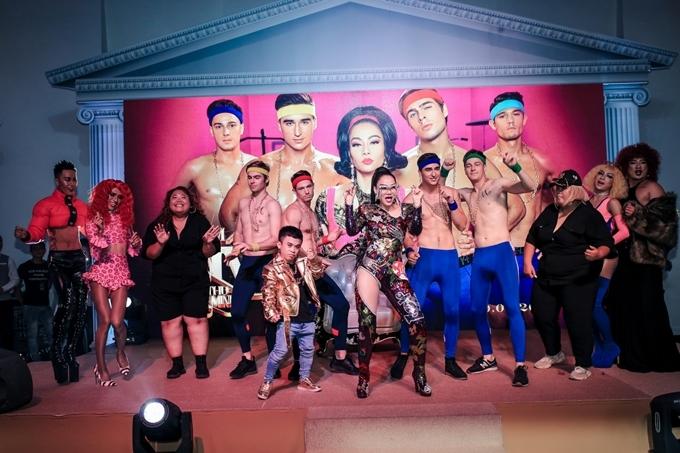 <p> Thu Minh muốn cổ vũ, động viên mọi người, nhất là cộng đồng LGBT hãy tự tin là chính mình. Dù bạn là ai, ngoại hình thế nào, cuộc sống ra sao, hãy cứ tự tin bước đi trên con đường lựa chọn.</p>