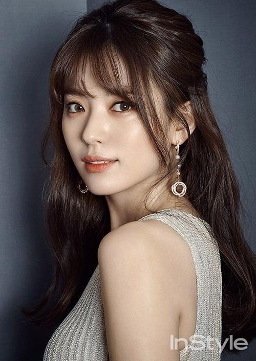 Han Hyo Joo được ca ngợi là mỹ nhân cười đẹp nhất Hàn Quốc. Nữ diễn viên gia nhập làng giải trí năm 2005, nổi tiếng với loạt phim truyền hình như Huyền thoại Iljimae, Người thừa kế sáng giá, W- Hai thế giới...