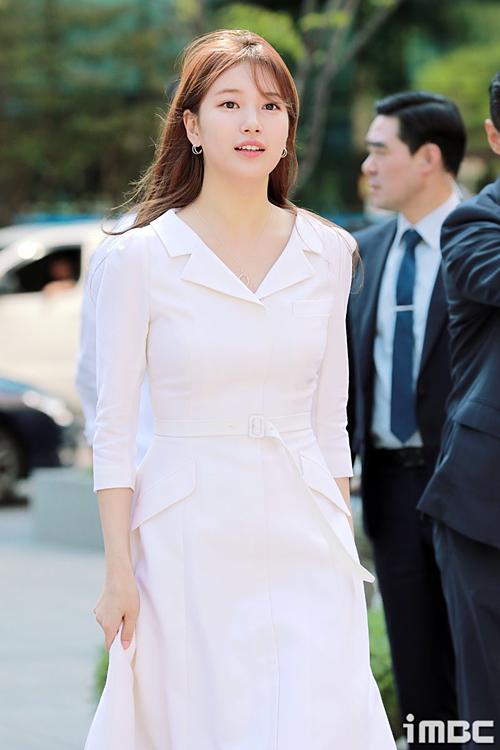 Chiều 31/5, Suzy tham dựmột sự kiện của thương hiệu Lancome tại phố Samseong-dong (Seoul) với tư cách gương mặt đại diện.