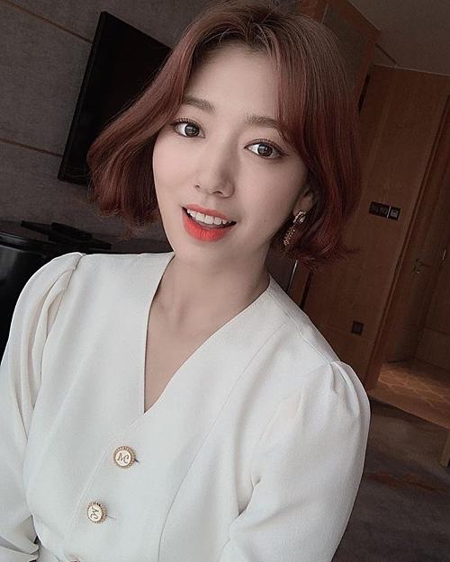 Từ tóc dài nữ tính chuyển sang mái tóc ngắn dài qua tai, Park Shin Hye trẻ trung và sành điệu hơn trông thấy. Nữ minh tinh hạng A showbiz Hàn thường xuyên uốn xoăn sóng nhẹ nhàng phần đuôi tóc tạo độ bồng bềnh, giúp vẻ ngoài thêm nhẹ nhàng, thanh lịch.