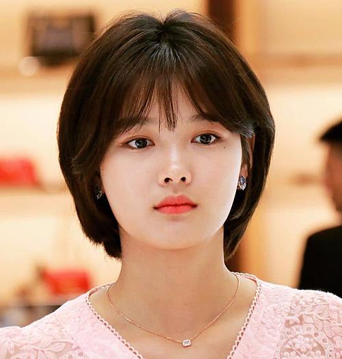 Kim Yoo Jung cũng chọn kiểu tóc bob nữ tính khá giống đàn chị Song Hye Kyo. Ngoài ra, sao nhí