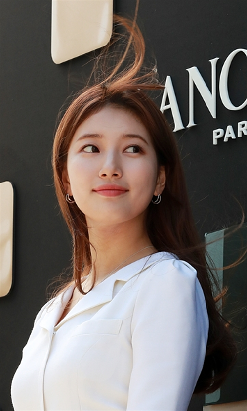 Suzy đang là sao nữ được nhiều thương hiệu săn đón nhờ hình tượng sạch sẽ, độ nổi tiếng bền vững trong lòng khán giả xứ Hàn. Gần đây, cô đã rời JYP sau 10 năm gắn bó để tập trung phát triển sự nghiệp diễn xuất. Bộ phim Vagabond do Suzy đóng chính vừa hoàn tất ghi hình, dự kiến lên sóng vào tháng 9.