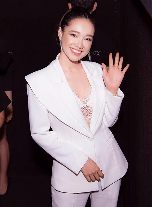 Người đẹp cũng từng gây bất ngờ khi mặc suit cùng áo ngực ren xuyên thấu phía trong, khoe vòng một rất bạo dạn.